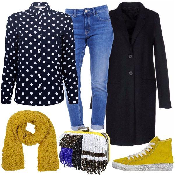Outfit per tutti i giorni, composto dalla camicia blu a pois bianchi, dai jeans con risvolto e dal cappotto blu tinta unita. A completare gli accessori che danno una botta di colore, la sciarpa gialla, come le sneakers e la clutch, ricca di frange fatte di perline, che riprende tutti i colori del look.