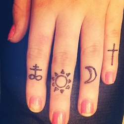 31 Small Hand Tattoos That Will Make You Want One ... |Small Finger Tattoos Tumblr