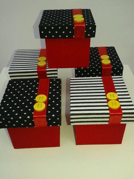 Caixa lembrancinha Mickey, feita em MDF revestida com tecido e decorada com fita de cetim e botões.