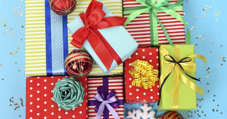 """Ideas para jugar a la """"búsqueda del tesoro"""" con los regalos de navidad. La Navidad es una época para crear nuevos recuerdos y celebrar viejas tradiciones. Una """"búsqueda del tesoro"""" en Navidad es una excelente manera de lograr ambas cosas. La búsqueda del tesoro en Navidad convierte el simple acto de darle un regalo a alguien en una actividad emocionante y divertida. Hay muchas maneras de realizar la búsqueda del ..."""