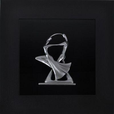 Obraz przestrzenny Dancing couple przedstawia tańczącą parę. Kombinacja grubej, drewnianej ramy i ręcznie wykonanej z jednego kawałka drewna rzeźby tańczącej pary doskonale współgrają ze sobą i tworzą kompozycję, obok której nie przejdzie się obojętnie. Osadzenie rzeźby na czarnym tle daje wrażenie unoszenie się jej w przestrzeni.