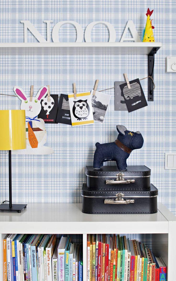 Ikean hyllyn päällä olevat säilytys-laatikot ovat Tukholman Granitista, sisustuskirjaimet Stockmannilta ja keltainen valaisin Ikeasta. Sini-ruutuinen tapetti on Sandbergin.