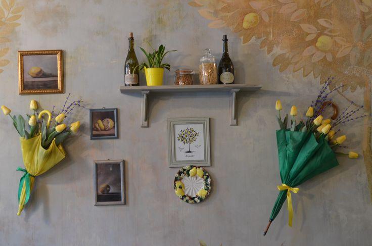 Яркие зонты на основной стене ресторана