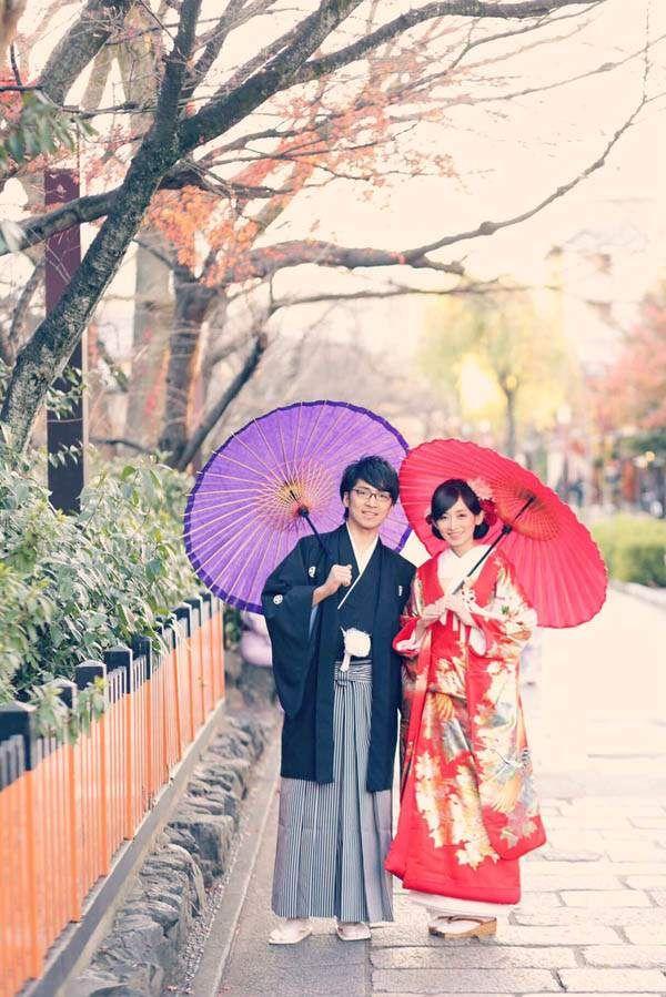 """「The 和装花嫁」という単体ショットをリクエストし、一番撮りたかった綿帽子を被って撮影したショットです。""""一度破局した土地&付き合い始めの思い出の地""""である京都をロケ地に選びました!経緯は後にご説明しますね。そんなふたりの思い入れのある地で撮影した、和装ウェディングフォトをご紹介します。京都のおすすめロケーションや、ポージングなど、是非参考にしてみてください! カメラマンのおすすめ!京都の風情を堪能しながら街中を歩く手つなぎショット♪  ふたりの思い出の地である京都は、私が一人旅をしていた時に、彼が京都まで追いかけてきて告白してくれた場所なんです。そこではお断りしてしまったのですが、その後一年越しの彼からのアプローチがあり、再度京都に連れてきてくれて、改めて告白しなおしてくれました。真っ直ぐな彼の思いがあったから、今こうして思い出の土地で記念すべきウェディングフォトを撮影できています!…"""