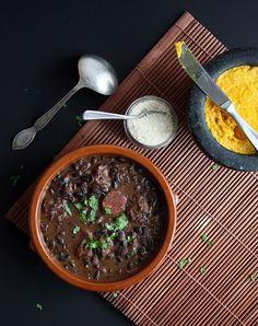 Rezept für Feijoada (Schwarze-Bohnen-Eintopf), das brasilianische Nationalgericht. Ich habe das Original-Rezept etwas vereinfacht und auf Schweineschwanz & Co verzichtet.