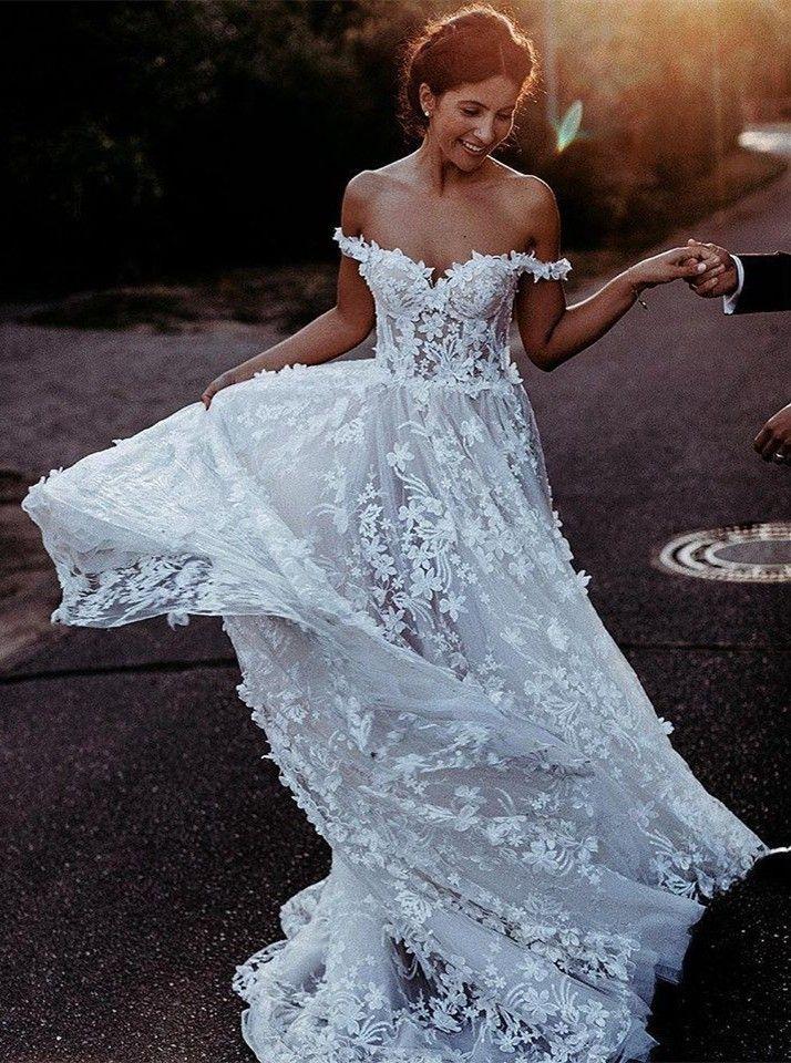 Elegante vestido de novia de tul blanco con hombros descubiertos y apliques largos con apliques