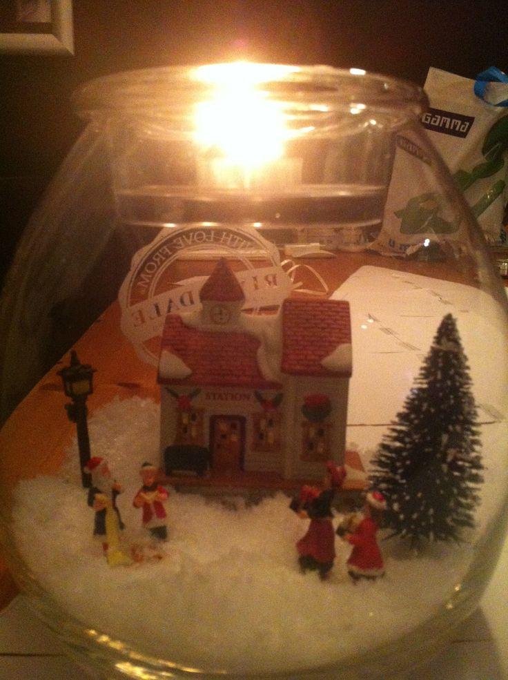 Mijn riverdale vaas met huisje en poppetjes erin  Leuk voor de kerst