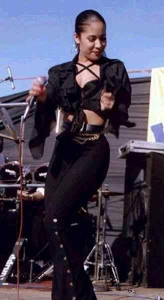 Baila esta cumbia... Selena!! :]
