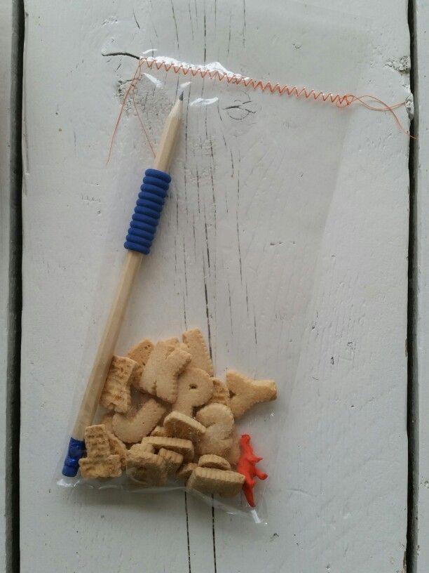 Traktatie basisschool potlood, letterkoekjes en dino gum