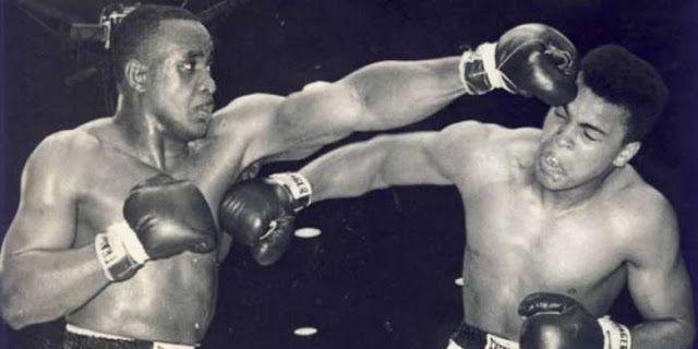 Cassius Clay (Muhammad Ali) saat mengalahkan Sonny Liston pada 1964.(Kompas.com)   Olahraga, Manca...