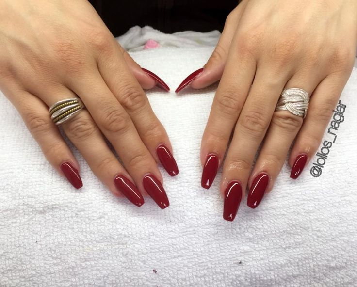 Så roligt att göra röda igen!  @christine.medarovska blev så fin!!  . . . #nailporn #nailtech #gelnails #gelenaglar #nagelförlängning #glitternails #naglar #nailswag #vackranaglar #nailstagram #nailart #nails #scra2ch #kinna #hudabeauty #gliter #nailart #coffinnails #melformakeup #essie #vegas_nay #nsi #nailpromote #longnails #nailartgallery #glamandglits #notd #naglargöteborg #lovenails by lollos_naglar
