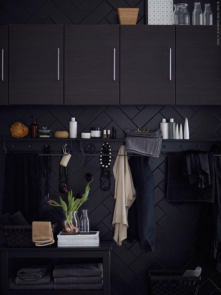 Bra förvaring i GODMORGON väggskåp gör rummet lätt att hålla rent. Dessutom får alla badrumsprylar plats och slipper slåss om utrymmet på handfatskanten.