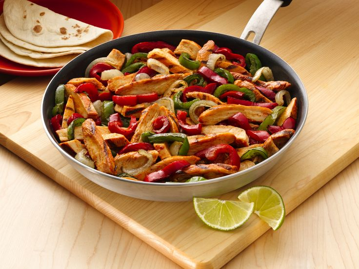 Hühnchen-Fajitas mit Paprika-Zwiebel-Füllung: Der Klassiker unter den Old El Paso™ Produkten: Saftig gewickelte Fajitas mit einer Füllung aus Hühnchen, Paprika, Zwiebeln und einer köstlichen Salsa.