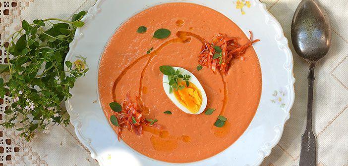 Salmorejo on gazpacho-keiton tukevampi serkku. Sen pehmeän koostumuksen salaisuus piilee kananmunankeltuaisessa, joka tekee keitosta majoneesipohjaisen.