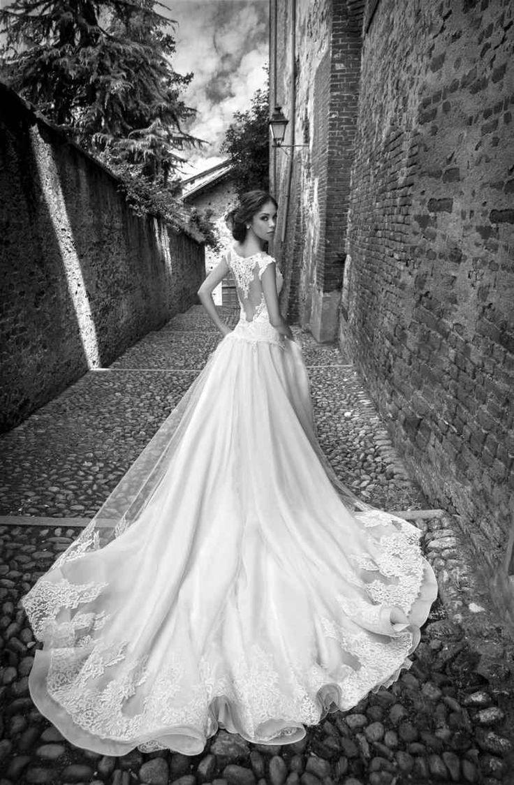 robe de mariée dos semi-nu en dentelle fine, coupe princesse, traîne en tulle brodé