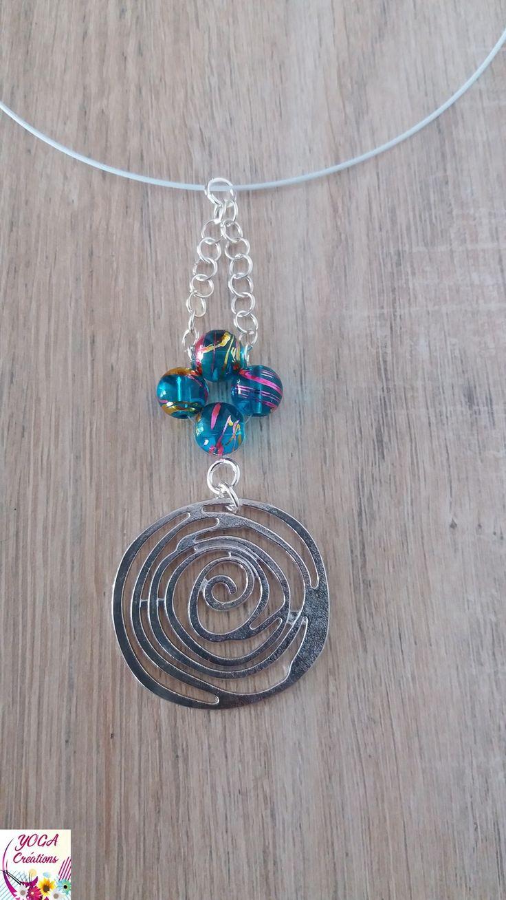 Collier ras de cou en perles de verre turquoise reflets doré et fushia et pendentif spirale en métal argenté : Collier par yogacreations