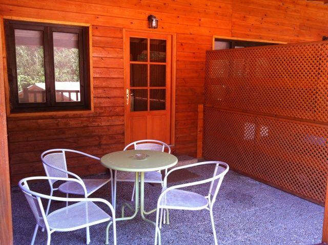 Terraza con su mobiliario del bungalow Tipo Dúplex