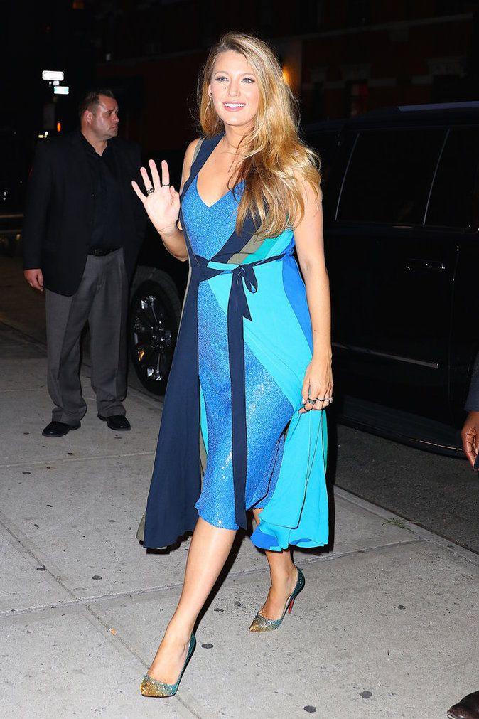 Blake Lively porte deux robes Diane Von Furstenberg tout en décolleté et  fluidité comme un seul