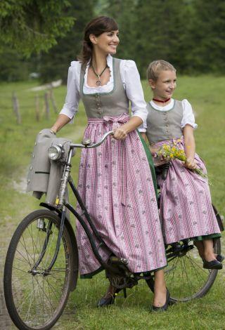 #Farbbberatung #Stilberatung #Farbenreich mit www.farben-reich.com Mother-daughter twin dirndls