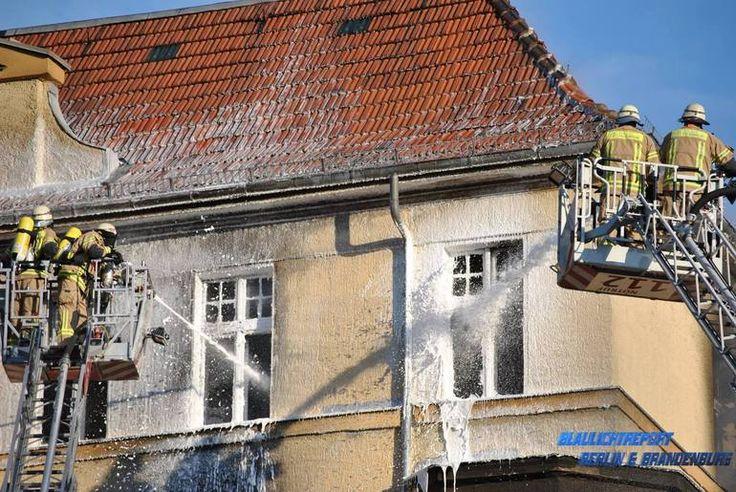 Hochkirchstrasse Schöneberg Wohnungsbrand!  Die #Feuerwehr #Berlin im Einsatz - Hier gehts zum Beitrag: http://www.retter.tv/de/feuerwehr.html?ereig=-Wohnungsbrand-Hochkirchstrasse-Schoeneberg-&ereignis=29193