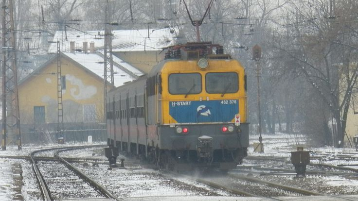 Az előbbi 8005 443 által vezérelt  432 376 pályaszámú Fecske színtervű Szili tolja ingavonatát a Nyugati pu felé.