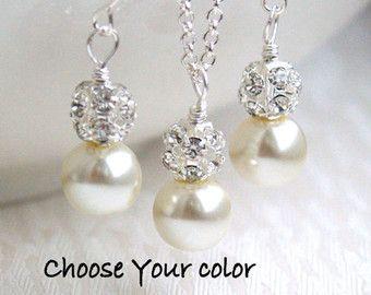 Set de joyería de Dama lavanda púrpura collar pendientes conjunto flores niña cristal perlas Rhinestone boda fiesta cuentas joyería  De dama o niña de las flores joyería conjunto - regalo perfecto.  La lavanda púrpura Dama de honor conjunto está hecho de luz Checa púrpura, lavanda cristal checo perla (10mm), blanco perla abalorios (6mm) y separadores de strass. La cadena es de 45cm o 18 de largo. Pendientes de medidas - 1.3/3.3cm.  Usted puede elegir el color del grano grande.  La joyerí...