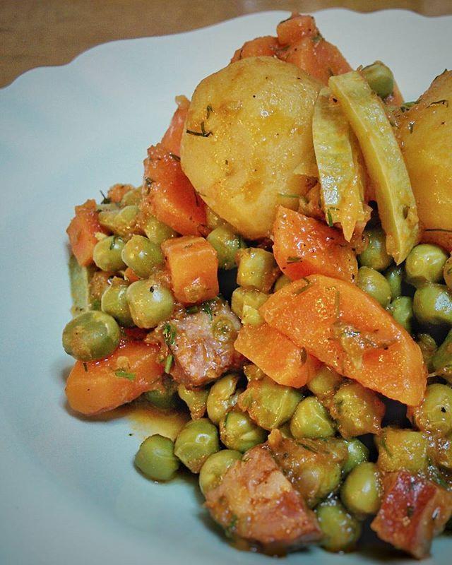Επειδή κάποιος ανέφερε αυτόν τον συνδυασμό, αρακάς με κολοκυθάκια και καπνιστό χωριάτικο λουκάνικο. Η παράδοση συναντά το τσιτσίκο. #peas #carrots #potatoes #dill #smokedsausage #courgette #greekrecipes #mimiscooks #homecooking #tasty #yummy #delicious