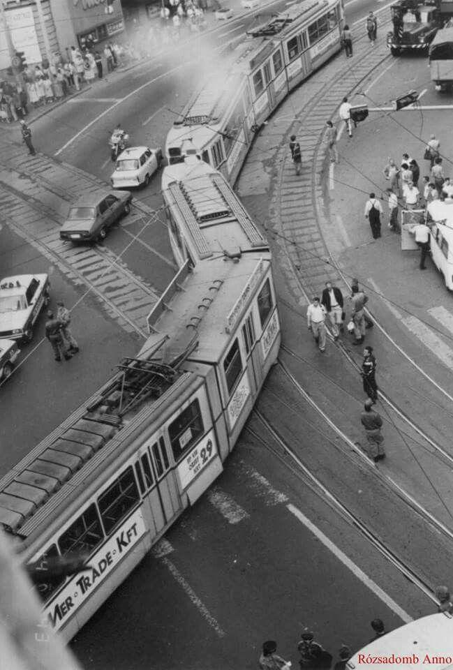 1990. A Margit körút, Margit utca sarkán kisiklott villamos.