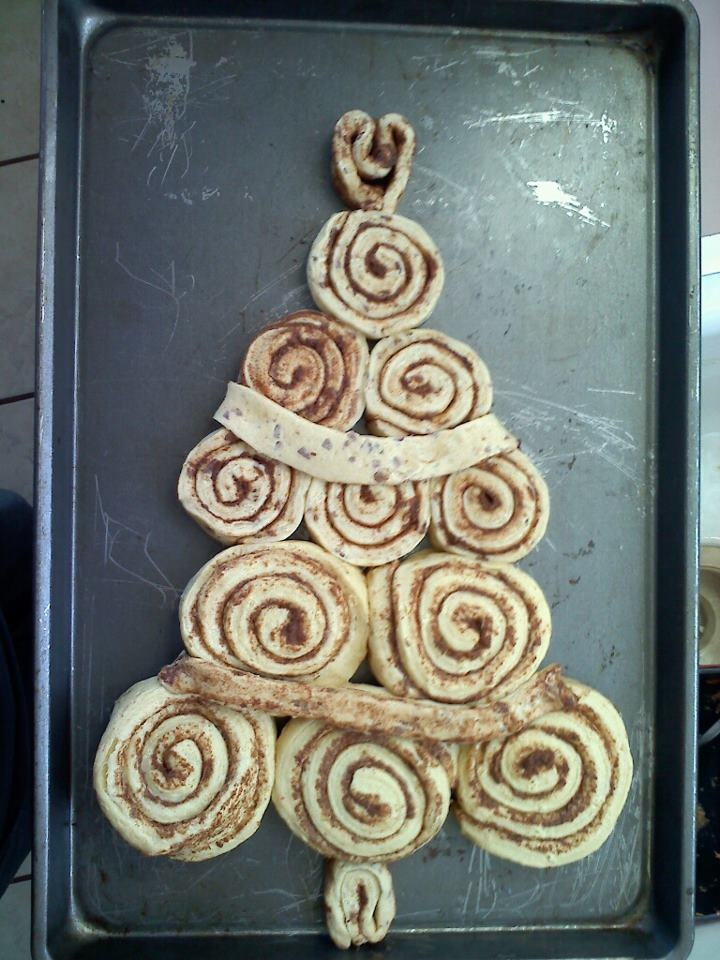 Christmas Tree out of Cinnimon Rolls!!! (pre-baked and iced!)