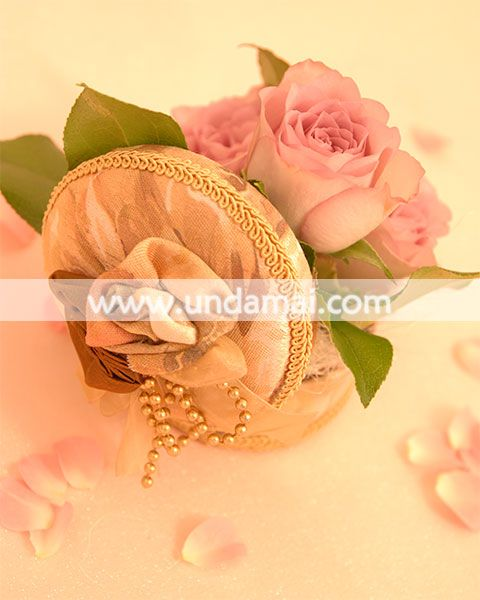 "Aranjament floral pentru 1-8 martie - ""Vintage roses""; trandafiri roz in cutie florala"
