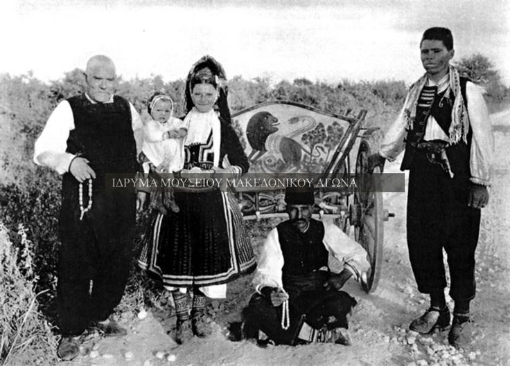 Αναμνηστική φωτογραφία σε εξωτερικό χώρο, η οποία απεικονίζει Γραμμουστιάνους μετανάστες στη νότια Δοβρουτζά της Ρουμανίας κατά την περίοδο του Μεσοπολέμου. πηγή: Αστέριος Κουκούδης, http://www.imma.edu.gr