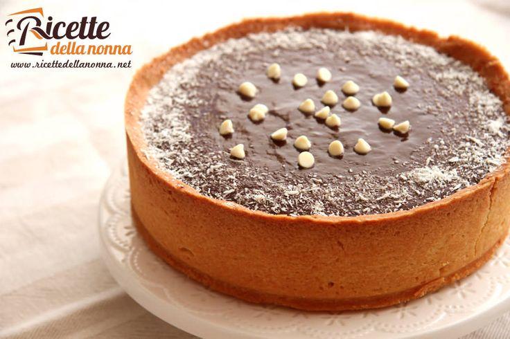 La crostata al cocco e mandorla con ganache al cioccolato è una dolce la cui ricetta originale è di Luca Montersino uno dei più famosi pasticceri italiani