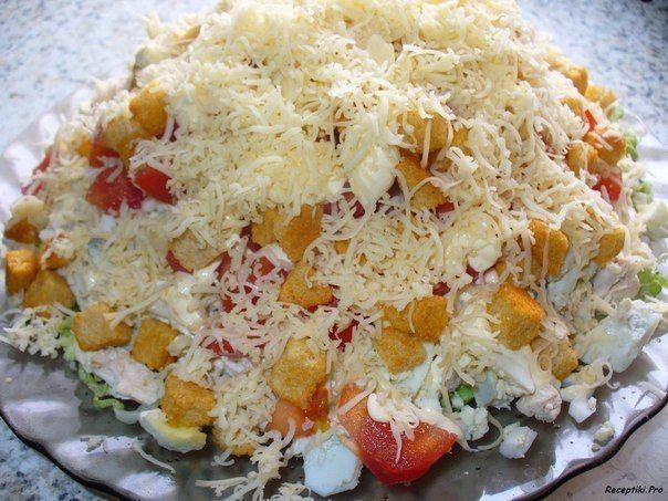 Салат с курицей, сыром и сухариками Помидоры, перец, огурцы, Майонез,Чеснок