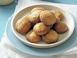 Bitterkoekjes danken hun naam aan de bittere amandelen die erin zitten. In dit recept zijn gewone amandelen en pistachenoten gebruikt…