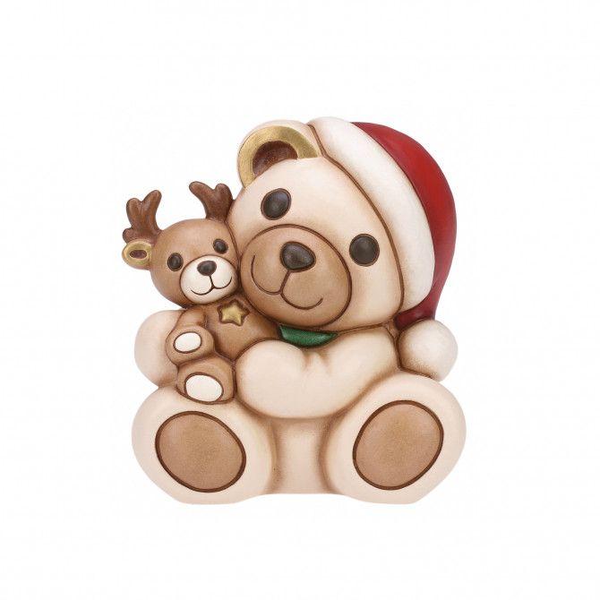Parola d'ordine: tenerezza! Questo Natale l'adorabile Teddy ha come compagna di giochi una dolcissima renna di peluche. Una creazione THUN da collezionare e da regalare con affetto alle persone speciali.