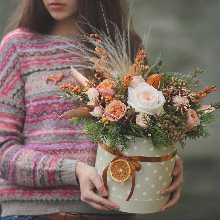 Уютная коробочка с запахом цветов и апельсина оттенки радующие глаз в хмурую погоду.#lathyruslavka #flowerbox #orange #cappuccinoroses #illex #decor #dachshund #цветыминскдоставка