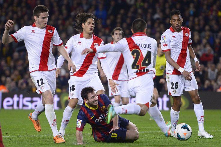"""""""La Típica""""   Una imagen cada vez más habitual: Messi, rodeado de contrarios"""