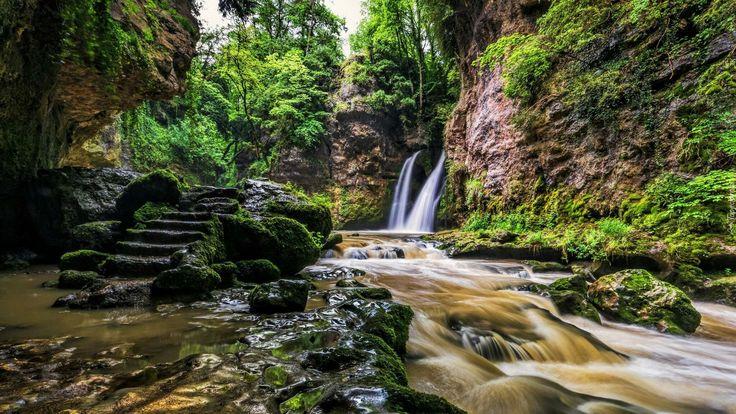 Szwajcaria, Kanton Vaud, Gmina La Sarraz, Rzeka Venoge, Wodospad Tine de Conflens, Skały, Schody, Kamienie, Rzeka, Drzewa