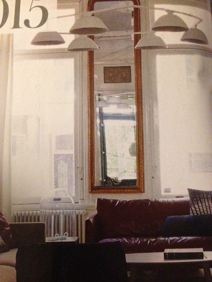 Smalle hoge spiegel tussen de voorramen.