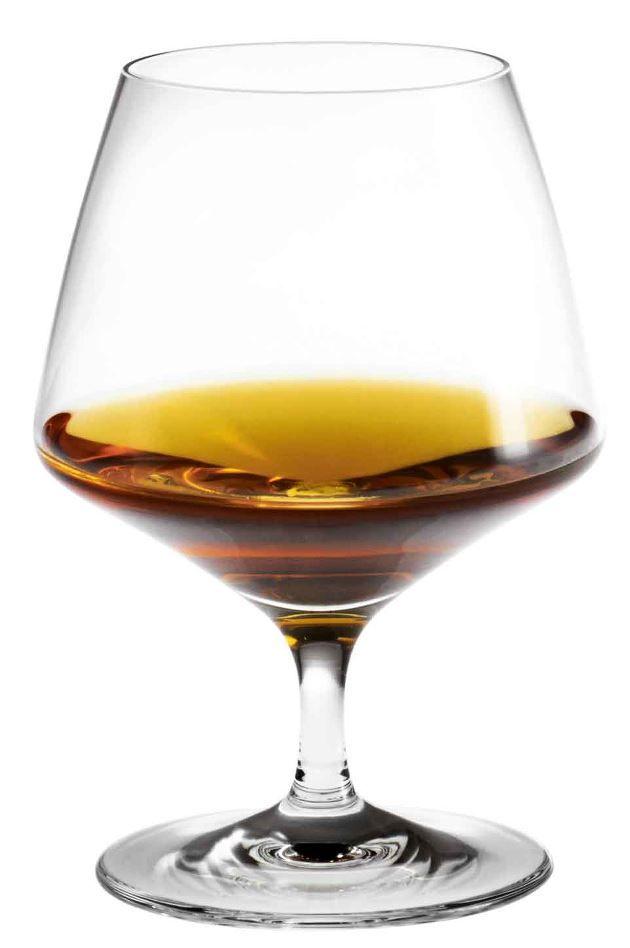 Perfection Cognacglasset, som Tom Nybroe har skabt for Holmegaard, giver en god cognac den korrekte behandling og servering, den fortjener. Der er kort vej fra stilk til kumme, hvorfra de gyldne dråber langsomt opnår den rigtige temperatur via varmen fra din hånd. Skænkelinjen, der er seriens vartegn går naturligvis igen i glassset som et flot designelement, der samtidig viser hvortil den korrekte opskænkning går. En god personlig gaveide til livsnyderen og ham eller hende, som er med på…