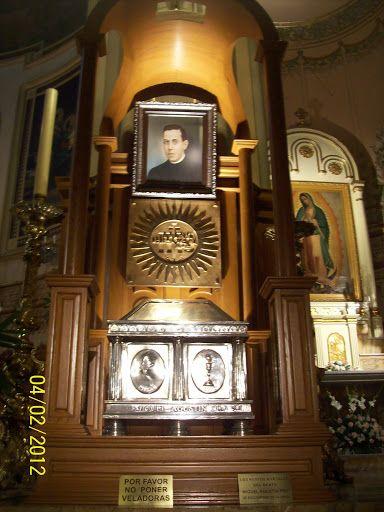 Tumba del Beato Miguel Agustín  Pro SJ mártir mexicano en la Parroquia de la Sagrada Familia en la Ciudad de México.