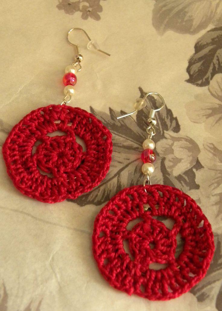Szydełkowe kolczyki w kolorze intensywnej czerwieni
