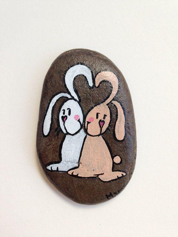 Coniglietti innamorati, sasso dipinto a mano - da collezione, idea regalo per S. Valentino o Pasqua