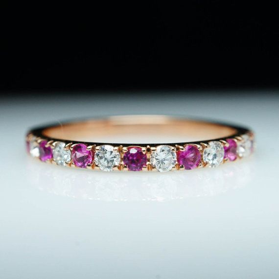 Anillo de rubí y diamante en oro rosa, $800 | 40 Anillos de boda que son para morirse