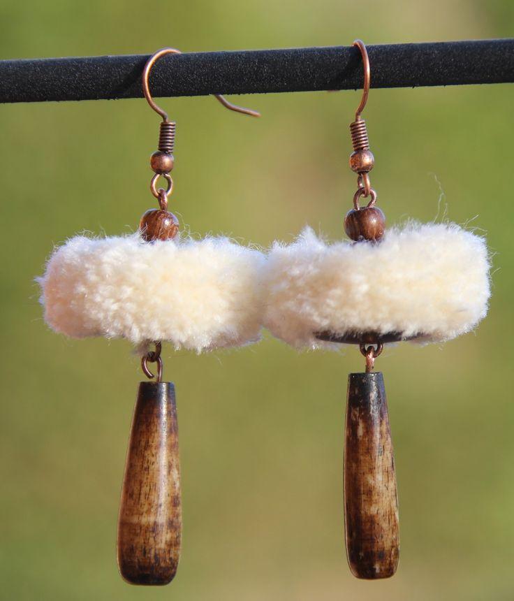 Boucles d'oreilles pompons en laine écrue, style ethnique, avec perle longue en corne patinée : Boucles d'oreille par perlicotiperlicoton