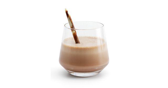 Ingredientes: • Brandy - • Crema Irlandesa (Baileys®) - • Galletas Oreo® - • Helado de Vainilla - • Leche Condensada - • Licor de Café • Ponche Crema - • Sirope de Chocolate -------------------------------------- ¿Cómo se hace? Receta - En una licuadora verter 2 Oz de Bailey`s, 1 1/2 de Ponche Crema, 1 1/2 de Brandy, 1 1/2 de Licor de Cafe, 2 cucharadas grandes de helado de vainilla, un toque de leche condensada, un toque de ...  http://www.adndelcocktail.com.ar/delirio-nocturno/