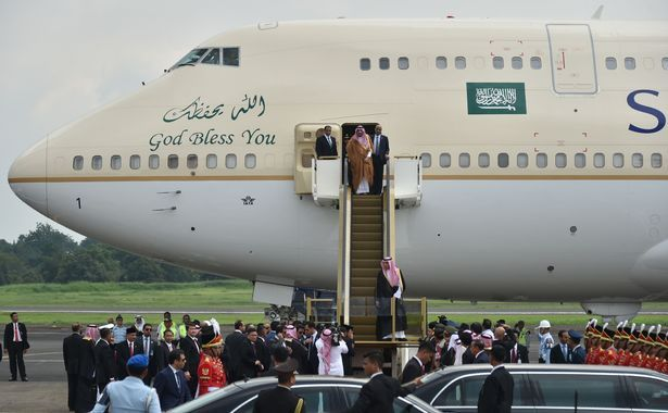 SUPER-RICH SAUDI KING SALMAN ARRIVES IN INDONESIA ON A GOLD-CLAD PLANE WITH AN ESCALATOR– ALONG WITH TWO LIMOS AND 1,000 STAFF