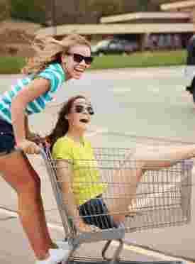 deux filles s'amusent sur un parking