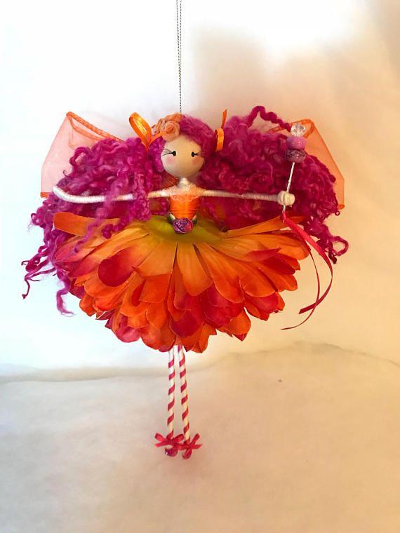 Répondre à Miss Fizz, une poupée belle fée fabriqués à la main qui ornera n'importe quelle pièce de votre maison! Elle est environ 10 pouces de hauteur de la pointe de ses orteils vers le haut de sa tête et est suspendu à un fil d'argent. Elle porte une robe pétale de rose et orange