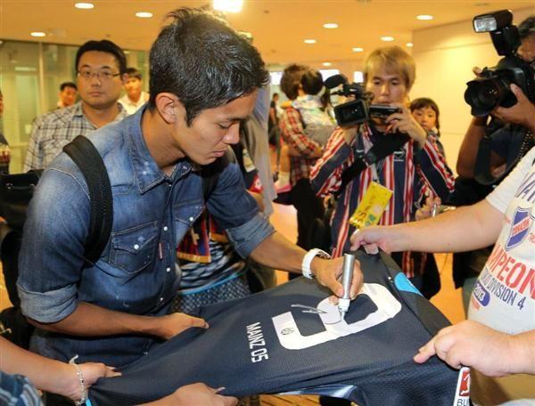 日本に帰国しファンにサインするマインツ・武藤嘉紀=羽田空港国際線旅客ターミナル(撮影・蔵賢斗)